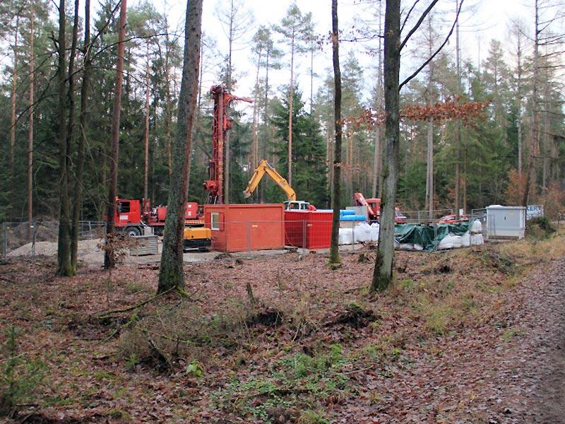 Errichtung des 111 m tiefen Brunnens