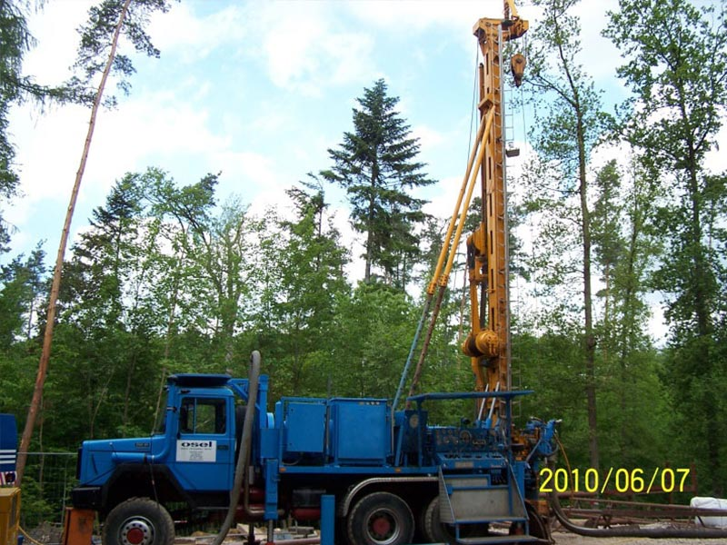 Errichtung der 270 m tiefen Versuchsbohrung